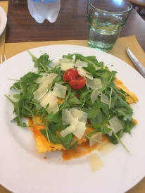 Rucola salad on top of the mozzarella